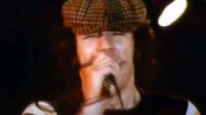 Brian Johnson no clipe de Back in Black (Reprodução)