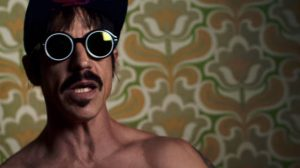 Anthony Kiedis no clipe de Dark Necessities