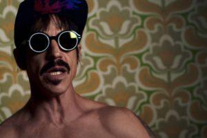 Anthony Kiedis no clipe de Dark Necessities