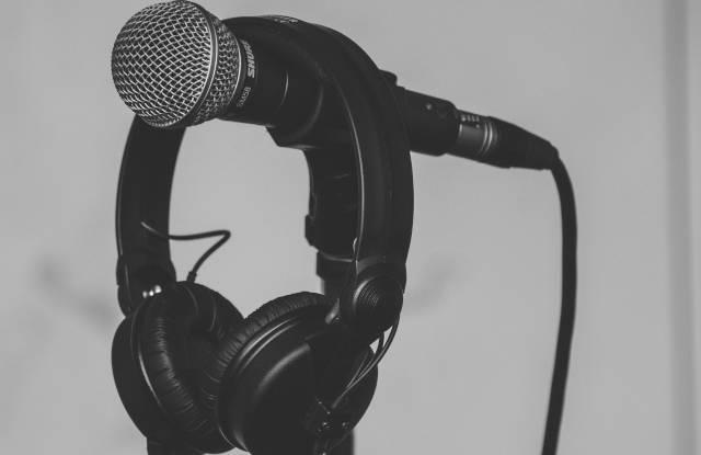 Microfone e fone em estúdio (Pixabay)