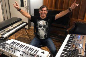 Mario Testoni no estúdio Orra Meu (Reprodução/Facebook)