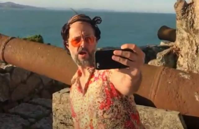 Don Carlón em cena do clipe Fake Satisfaction (Reprodução)
