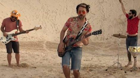 Cena do clipe Fake Satisfaction, gravado em Florianópolis (Reprodução)