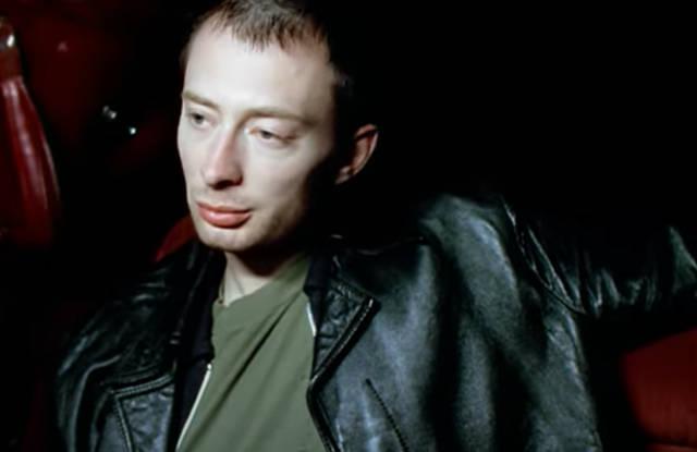 Thom Yorke em cena de Karma Police (Reprodução)