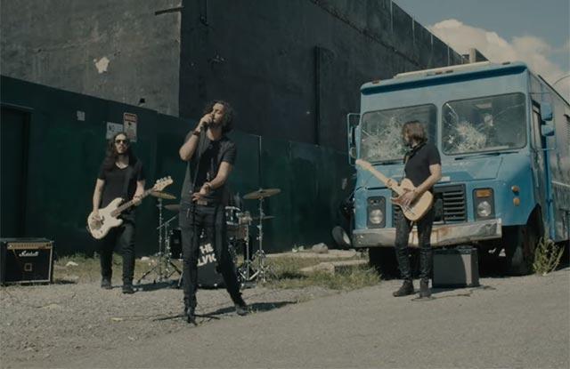 Cena do clipe de Run, da banda The Velvicks (Reprodução)