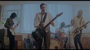 Cena do clipe 'Quando Saio de Mim', da banda Putz (Reprodução)